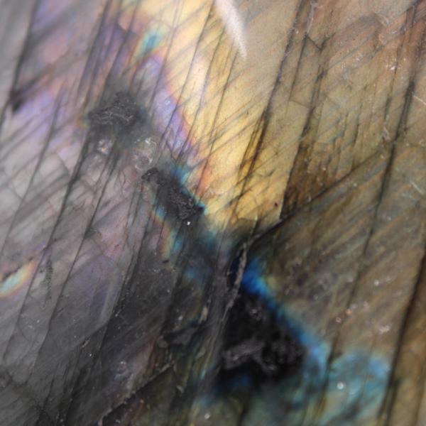 Pierre d'ornement en labradorite jaune violet