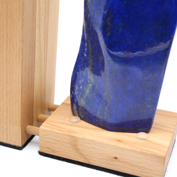 Lampe en bois et résine avec grande pierre de lapis-lazuli